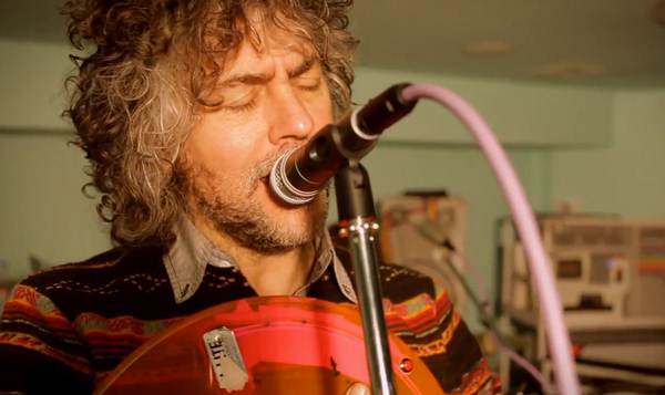 flaming lips Video: The Flaming Lips Cover The Beatles I Am The Walrus